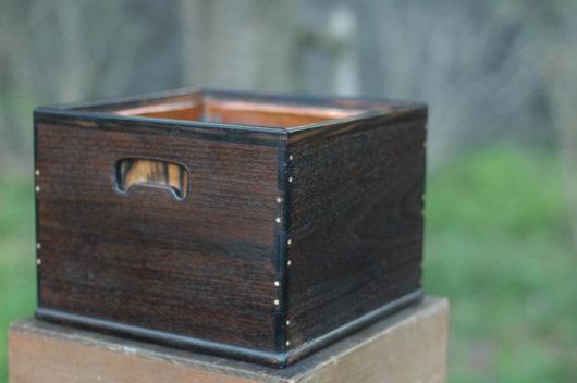 紫檀と黒柿と象牙の釘が特徴の手あぶり火鉢