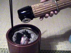 火鉢で温める笙(しょう)