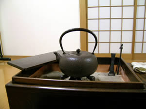 お客様の関東火鉢と鉄瓶です。