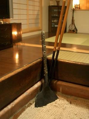 桑柄の火箸と真鍮くるみ灰ならし