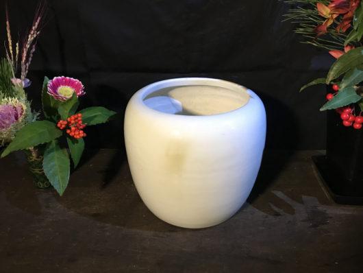 真っ白い陶器の火鉢