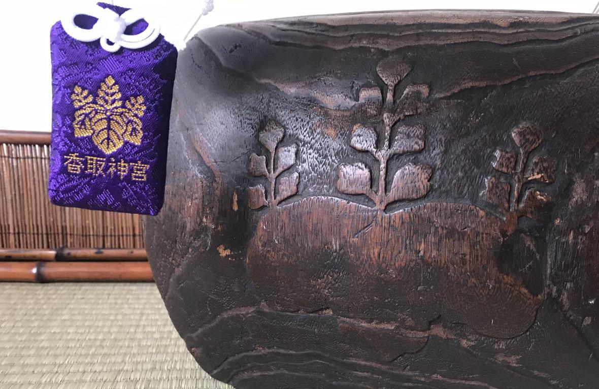 香取神宮のお守りも五七の桐