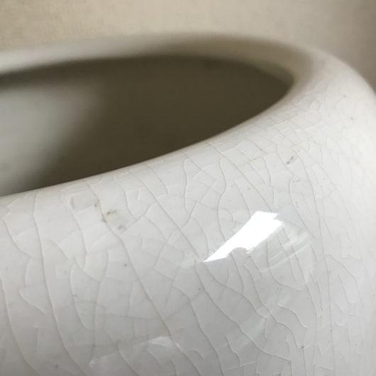 白い火鉢の貫入