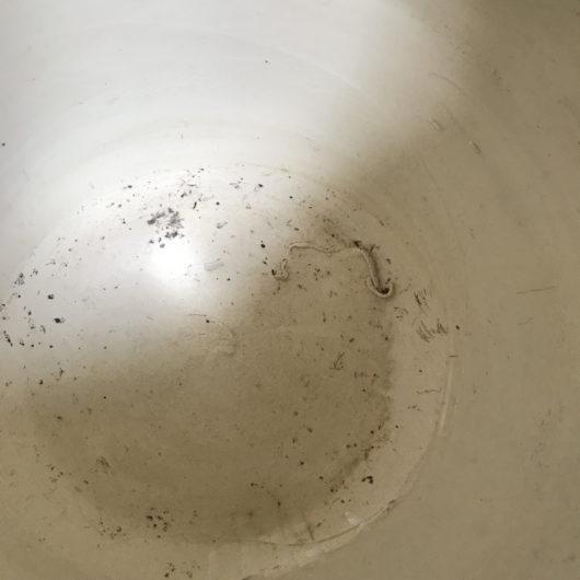 白い火鉢の底