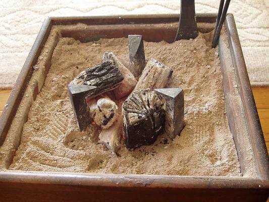 火鉢への炭の置き方
