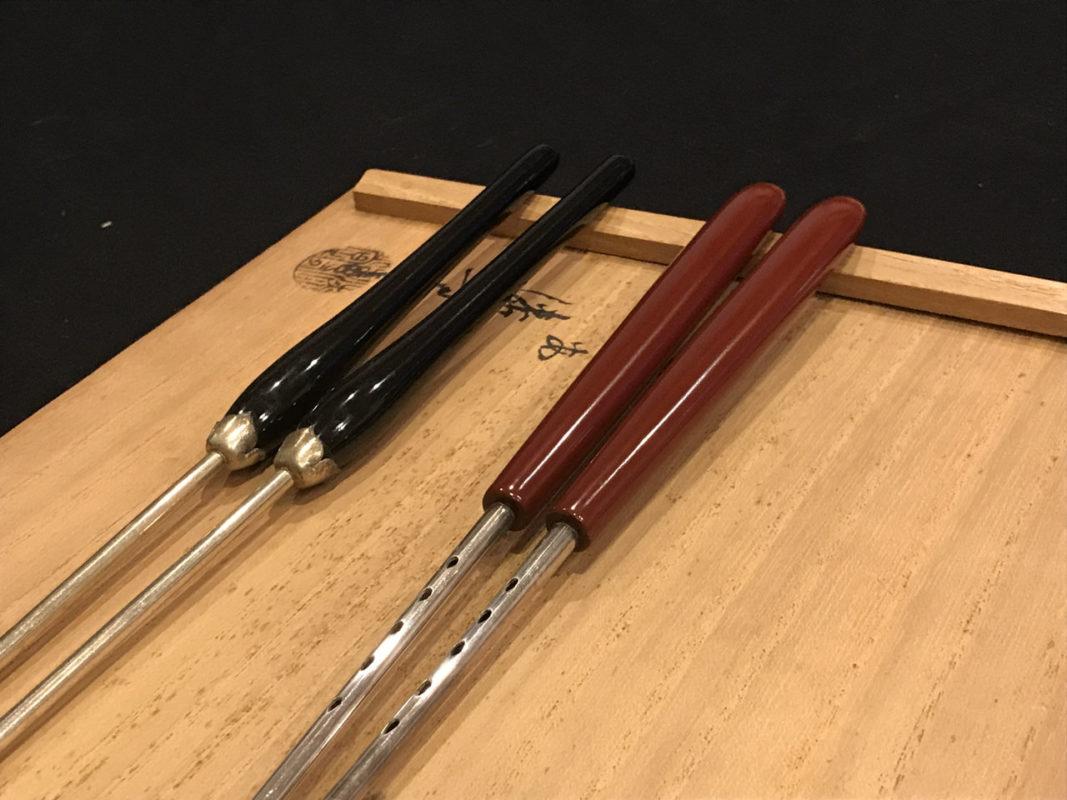塗りの火箸と銀の火箸の比較