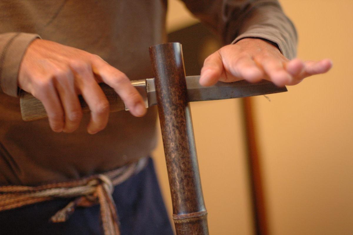 竹の工芸 よしだが竹を割る