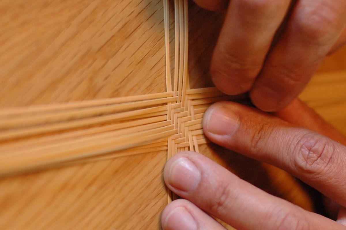 1本1本の竹を次々指入れていく様子