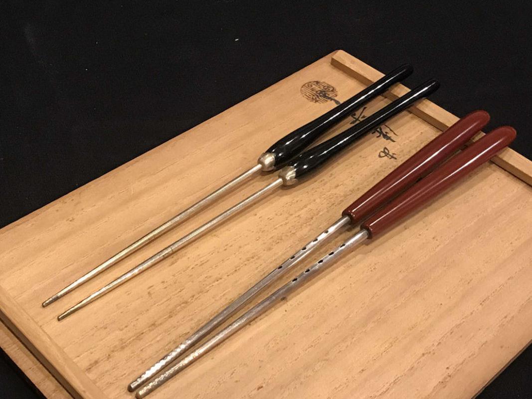 岡本専助 純銀の火箸と塗りの火箸との比較